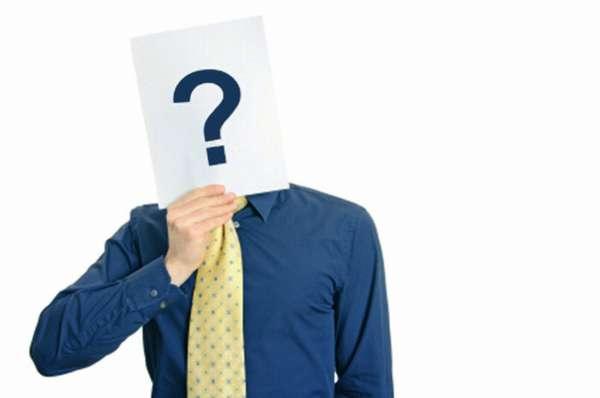 человек прикрывает лицо листом бумаги с вопросительным знаком