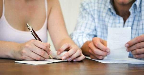 заполнение документов ручкой на столе
