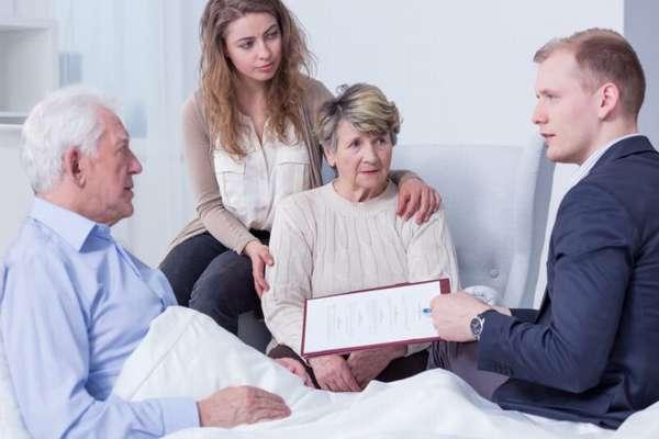 пожилые женщина и мужчина составляют завещание с юристом