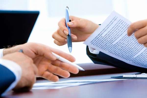 передача ручки и документа в руки другого человека