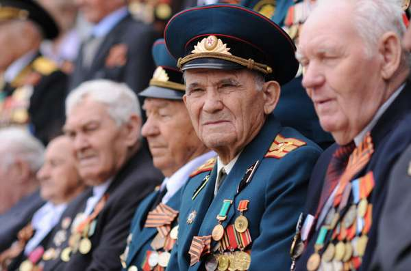 ветераны труда в форме с наградами и медалями