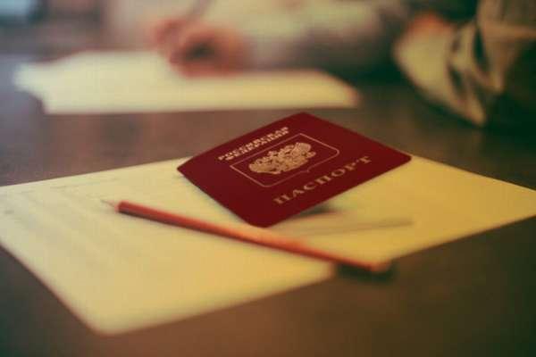 паспорт, карандаш и лист бумаги на столе