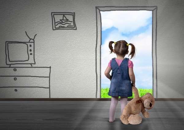 маленький ребенок с игрушкой в руках в помещении