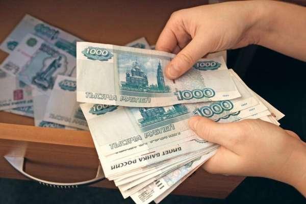 российские деньги в руках и в ящике