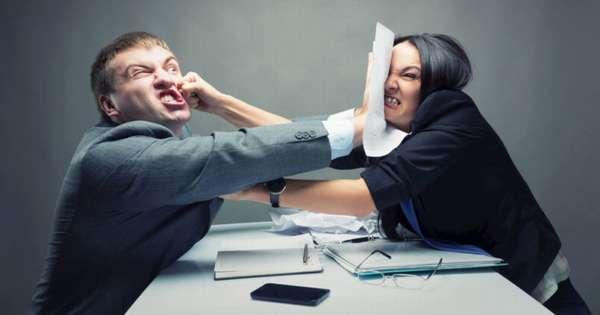 молодые парень и девушка дерустя за завещание за столом