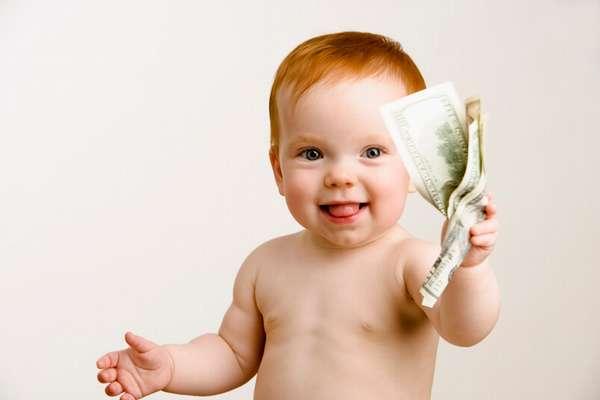 маленький ребенок с деньгами в руках