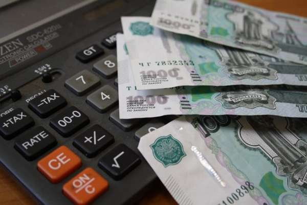 российские деньги на калькуляторе на столе