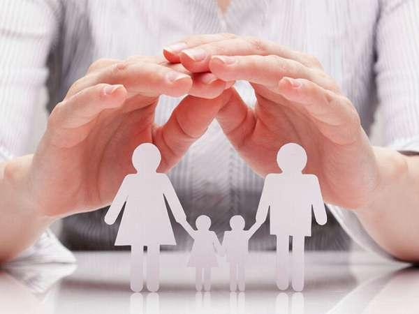 вырезанная из белой бумаги семья с детьми