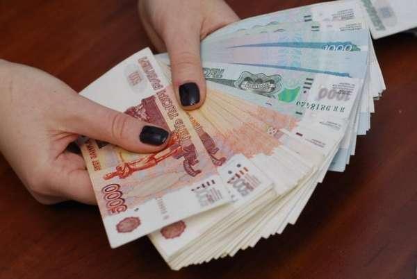 российские деньги в руках
