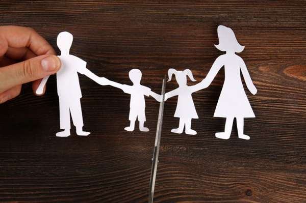 вырезанные ножницами из белой бумаги семья на столе
