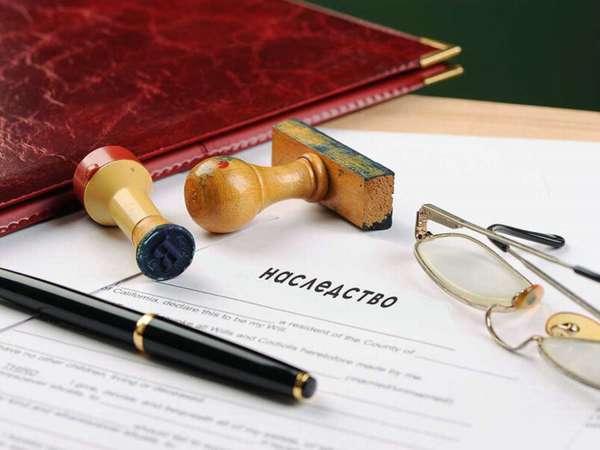 паспорт в бардовой обложке, печати, папка с документом о наследстве, очки и ручка на столе
