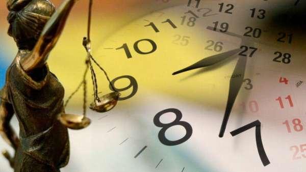 статуя правосудия и часы