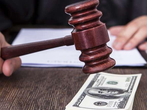 судейский молоток и доллары на столе, документы на фоне
