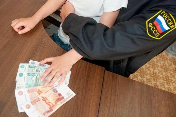 судебный пристав и ребенок с деньгами