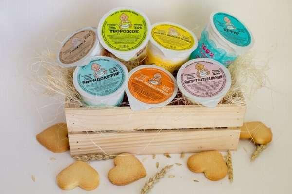 йогурты, творожки и кефир в пластиковых стаканчика в деревянном ящике