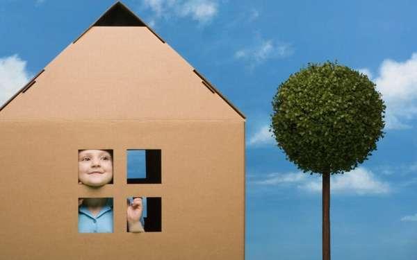 ребенок в картонном домике