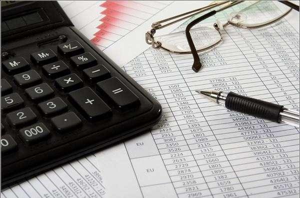 бланк с суммами, ручка, калькулятор и очки