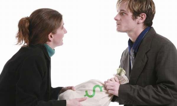 парень и девушка делят мешок, на котором нарисован зеленый доллар