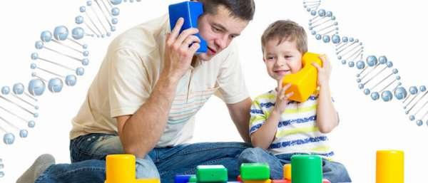 отец играет с ребенком в конструктор