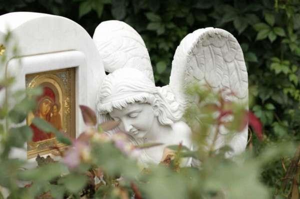 памятник и рядом фигура ангела
