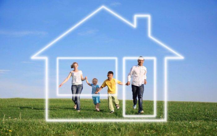 семья с двумя детьми за нарисованным прозрачным домиком