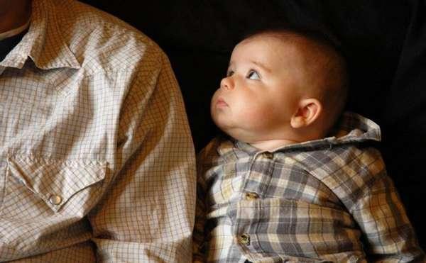 маленький ребенок рядом с отцом