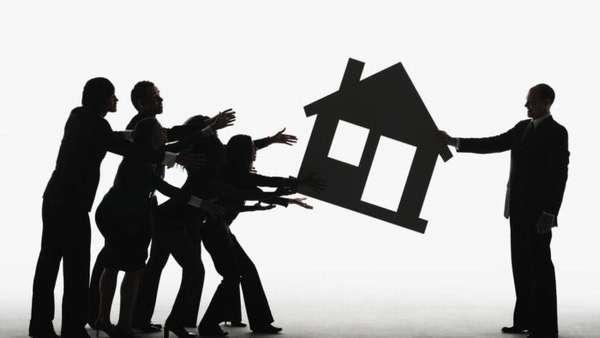 группа людей отбирает у мужчины декоративный дом