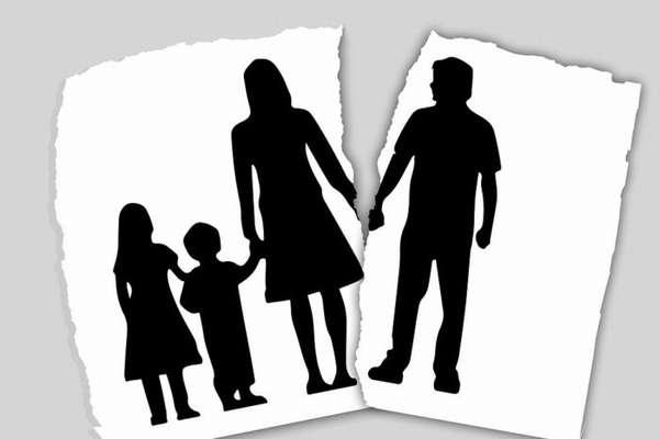 изображенные на бумаге силуэты женщины с детьми и отдельный лист с силуэтом мужчины