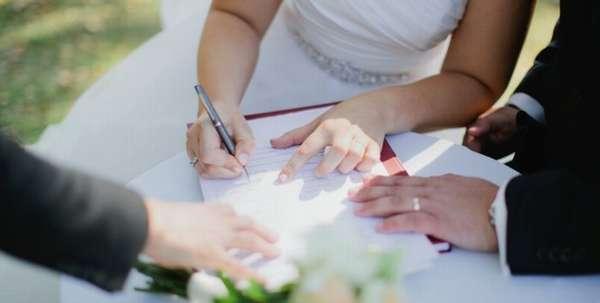процесс бракосочетания, невеста ставит свою подпись свидетельстве