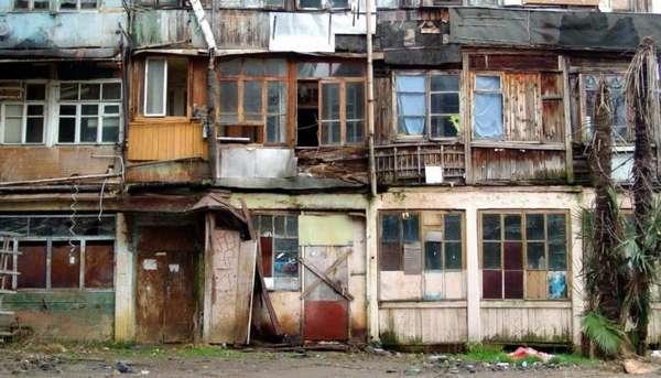 старый дом в аварийном состоянии