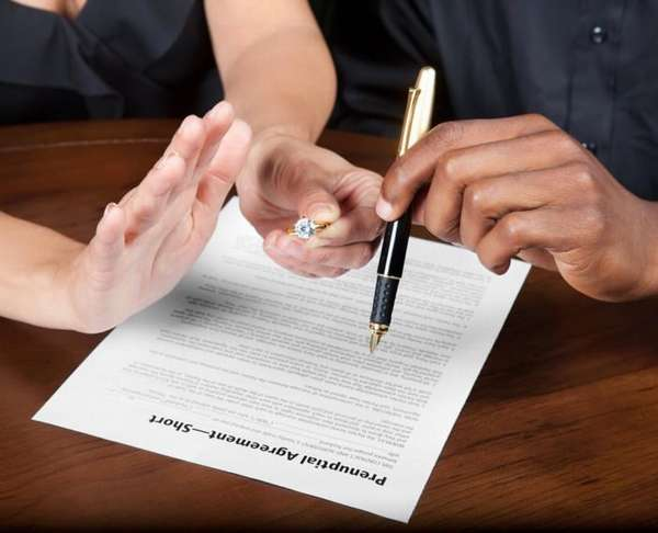 кольцо в руках и документ на столе