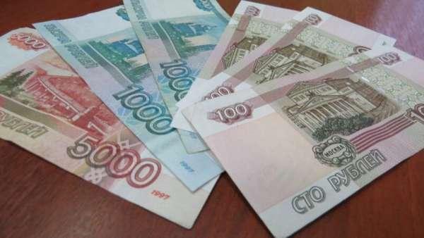 российские деньги на столе