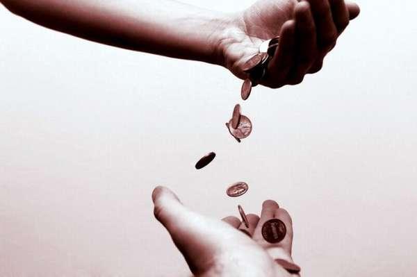 железные деньги высыпаются с руки в руку