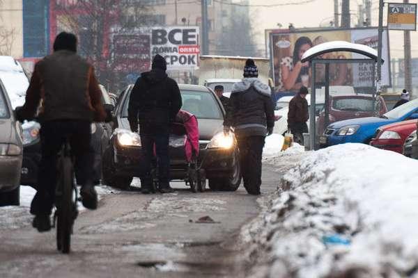 Потротуарам людям трудно ходить, так как некоторые автомобилисты считают ихпроезжей частью