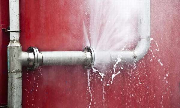 Прорыв трубы водоснабжения