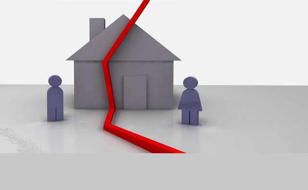 красная линия на макете дома и две человеческие фигурки
