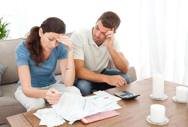 женщина и мужчина на диване, документы и калькулятор на столе