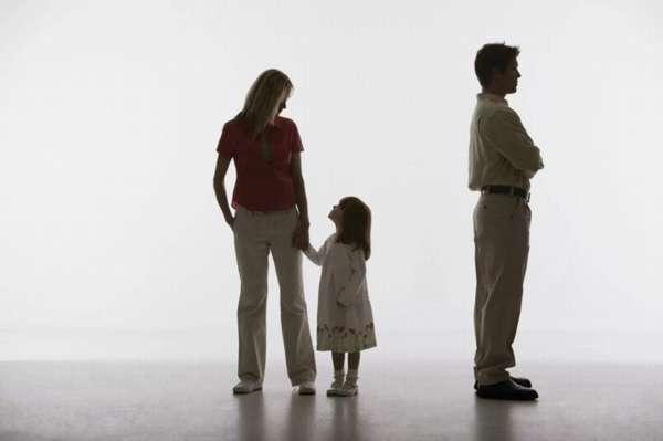 девочка с самой за руку и папа в стороне