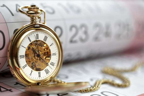 часы в виде кулона на цепочке, календарь на фоне