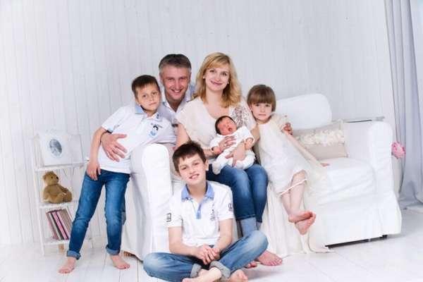 родители четверо детей на диване