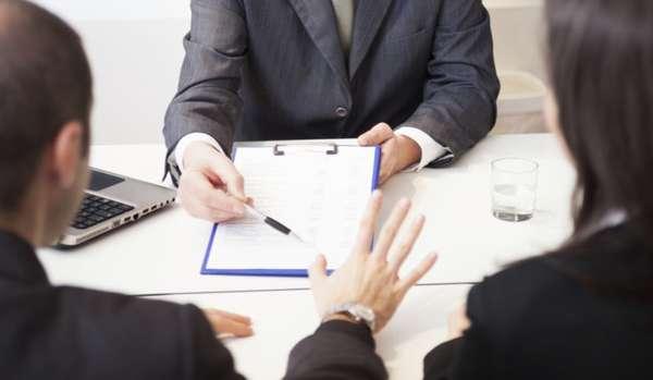 рассмотрение документов у юриста, стакан с водой на столе