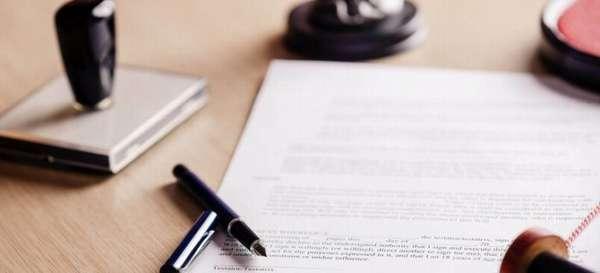 ручка с документом и печатью на столе